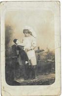 """1915 Photo Portrait Enfant Déguisement Infirmière /Carte à Père Soldat """"je Soigne Un Pauvre (?) Qui A Reçu Balles Boches - Altri"""