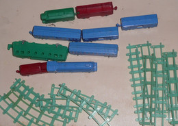 Lot De Figurines Plastique Cafés Labrador, Train Locomotive Wagons Rails - Giocattoli Antichi