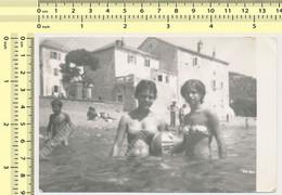 REAL PHOTO - Bikini School Girls In Shallow Water On Beach Fillette En Maillot De Bain Sur La Plage - Altri