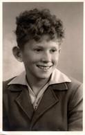 Carte Photo Originale Portrait Studio D'un Jeune Adolescent Souriant à La Mode Poil De Carotte Vers 1940/50 - Anonymous Persons