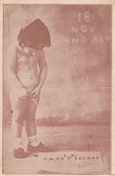 """GARÇON NU PISSANT UN JOURNAL """"LE SANZIONI"""". PHOTO PROPAGANDE FASCISTE. SOLD AS IS. 9.5X14.6 CM- LILHU - Altri"""