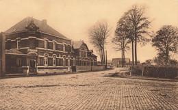 BOIS-SEIGNEUR-ISAAC - La Rue Du Village Qui Mène à L'Abbaye Derrière L'Hôtel Se Trouve L'Ecole Des Sœurs - Braine-l'Alleud
