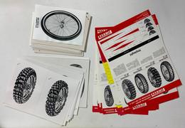 I100749 Lotto 16 Depliant Gomme Pirelli + 32 Foto Pneumatici - KFZ