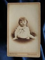 Photo CDV Duvivier à Bruxelles  Bébé Joufflu Assis  Frange Carrée  CA 1890 - L567 - Oud (voor 1900)