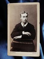Photo CDV  Wirth à Zurich  Jeune Homme Assis à Califourchon  Dédicace  CA 1880 - L567 - Oud (voor 1900)