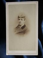 Photo CDV  Temporel à Genève  Portrait Jeune Homme  Manteau En Laine à Col En Velours  CA 1880 - L567 - Oud (voor 1900)