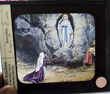 Lourdes - Plaque De Verre Colorisée - Bernadette Devant La Vierge - Maison De La Bonne Presse TBE - Glass Slides