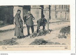 OFFICIERS D INFANTERIE FLEURISSANT UNE TOMBE CPA BON ETAT - Oorlogsbegraafplaatsen