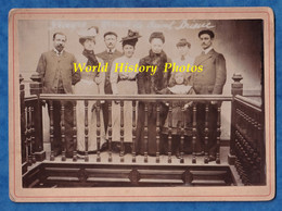 Photo Ancienne Vers 1900- SAINT BRIEUC - Beau Portrait D'une Famille Dans Un Lieu à Situer - Costume Chapeau Femme Homme - Oud (voor 1900)