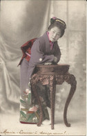 Japan - Japon - Geisha Appuyée Sur Guéridon - Geisha Leaning On Pedestal Table 台座に寄りかかる芸者 1910 - Sin Clasificación