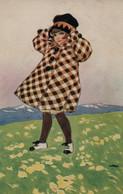 Belle Illustrée Signée Illisible ( Illustrateur Italien ) : Petite Fille En Manteau à Carreaux Dans Un Champ De Fleurs - Abbildungen