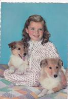 Fillette Et Ses 2 Jeunes Chiens (jolie Carte) - Dogs