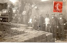Carte Photo Cheminots Devant Locomotive, Lieu à Identifier - Eisenbahnen