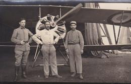 Carte Postale France Photo De 3 Soldats Devant Leur Avion - Photos