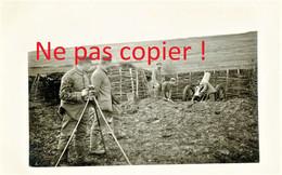CARTE PHOTO ALLEMANDE - PHOTOGRAPHE EN ACTION DEVANT UN OBUSIER EN BATTERIE - A LOCALISER - GUERRE 1914 1918 - Oorlog 1914-18