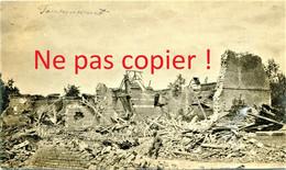 CARTE PHOTO FRANCAISE - POILU DANS LES RUINES DE FOUCAUCOURT PRES DE SOYECOURT SOMME - GUERRE 1914 1918 - Oorlog 1914-18
