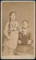 Cca 1870 Lányok Műteremben, Keményhátú Fotó Peruczky Kalocsai Műterméből, 10,5×6,5 Cm - Non Classés