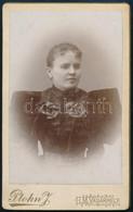 Cca 1895 Női Portré, Keményhátú Fotó Plohn J. Hódmezővásárhelyi Műterméből, 10,5×6,5 Cm - Non Classés