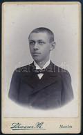 Cca 1900 Fiatal Fiú Portréja, Keményhátú Fotó Schwarz Makói Műterméből, 10,5×6,5 Cm - Non Classés