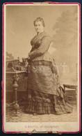 Cca 1880 Női Portré, Keményhátú Fotó Skutta Bécsújhelyi (Wiener Neustadt) Műterméből, Viaszpecsétes Ragasztás Nyomaival, - Non Classés