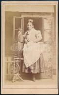 Cca 1880 Nő Rokkával, Keményhátú Fotó Beszédes Sándor Esztergomi Műterméből, 10,5×6,5 Cm - Non Classés