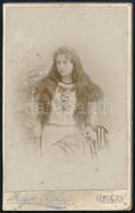 Cca 1900 Lány Kibontott Hajjal, Keményhátú Fotó Májer Béla Gyulai Műterméből, 10,5×6,5 Cm - Non Classés