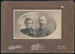 Cca 1890-1910 Házaspár, Keményhátú Fotó Hollósi József Szatmári Műterméből, Sarokhiánnyal, 16x11,5 Cm - Non Classés