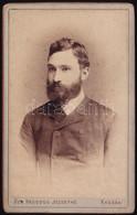 Cca 1900 Férfi, Keményhátú Fotó Özv. Hegedűs Józsefné Kassaii Műterméből, 11×6,5 Cm - Non Classés