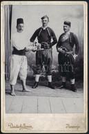 """Cca 1900 Bosnyák Vagy Szerb Férfiak Népviseletben, Keményhátú Fotó Deutsch Armin Nevesinjei (""""Herzegovina"""") Műterméből,  - Non Classés"""
