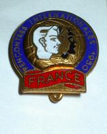 Superbe Broche Métal ( No Pin's ) 1950 Rencontres Internationales France - Organisaties