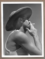 Ancienne Grande PHOTO ARTISTIQUE AMATEUR 24 X 18 Cm Des Années 1950...HOMME à La CIGARETTE, Chapeau Colonial - Personnes Anonymes