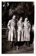 Photo Originale Trio Masculin, 3 Hommes Portant Le Même Imperméable Beige - Uniforme Ou Mode Masculine 1950/60 - Anonymous Persons