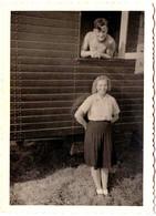 Amusante Photo Originale D'un Couple & Sa Roulotte à L'Homme Torse Nu à La Fenêtre Vers 1940 - Anonymous Persons