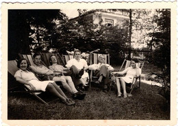 Amusante Photo Originale Famille Bourgeoise & Jeunes Gens En Mode Détente & Farniente Sur Transats Vers 1930 - Anonymous Persons