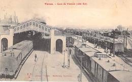 GARES Avec TRAIN - 18 - VIERZON : La Gare Vue Intérieure ( Trains En Gare ) CPA - Cher ( Berry ) - Estaciones Con Trenes
