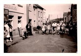 """Photo Originale Amusante Course à Pied D'Hommes Tirant Des Charrettes Façon """" Ben Hur """" & Mobylette En Village En 1967 - Sport"""