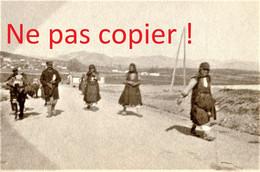 PETITE PHOTO FRANÇAISE - FEMMES SUR LA ROUTE DE KOZANI Κοζάνη PRES DE PTOLEMAIDA - GRECE  GUERRE 1914 1918 - 1914-18