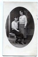 Carte Photo De Deux Femme élégante Posant Dans Un Studio Photo - Anonieme Personen
