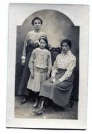Carte Photo D'une Femme élégante Avec Ces Deux Fille élégante Posant Dans Un Studio Photo - Anonieme Personen