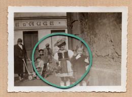 Endroit à Définir, Photo, Commerce, Porte, Fenêtre, Poussette, Costume, Animée. - Andere