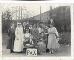 """PHOTO - Une Infirmière, Une Fée Avec Sa Baguette Et Autres Personnes Devant Panneau """"PAX""""  - Ft 11,5 X 9 Cm - Andere"""