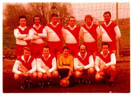 Photo Couleur Originale B.B. Equipe De Football & Footballeurs Amateurs Aux Maillots Rouge Et Blanc Vers 1970 - Sport