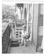 ANCIENNE PHOTO ENFANT SUR BALCON, VUE SUR UNE GRANDE RUE D'ARCACHON, VOITURE CITROEN 2CV 2 CV, PUB LIP, GIRONDE 33 - Photos
