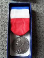 ANCIENNE MEDAILLE DU TRAVAIL Grade Argent Attribuée à SERRAU En 1985 - Frankreich