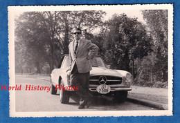 Photo Ancienne Snapshot - Portrait D'un Homme Devant Son Automobile Mercédes BENZ - Costume Homme Cabriolet Auto - Automobili