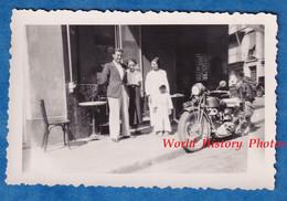 Photo Ancienne Snapshot - Ville à Situer - Belle Moto à Identifier Devant Un Café Restaurant - Homme Femme Enfant - Automobili