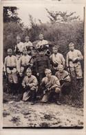 Groupe De Militaires Avec Fusils, Baïonnettes Et Un Canon  Carte Photo - Altri