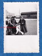 Photo Ancienne Snapshot - PARIS - Voir Immeuble - Portrait Homme & Femme Sur Un Scooter - Amour Romantisme Fille Garçon - Automobili
