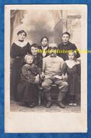 CPA Photo - Beau Portrait D'un Poilu & Sa Famille - Femme Enfant Fille Garçon Mode WW1 Guerre Moustache Homme Soldat - Guerra 1914-18
