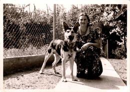 Photo Originale Animaux Domestiques - Jolie Jeune Femme De 29 Ans Posant Avec Son Chien Berger Allemand En 1962 - Non Classificati
